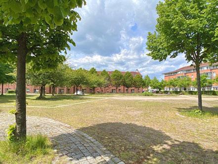 Zentrale Platz in Kattenturm-Mitte: Der Cato-Bontjes-van-Beek-Platz in Kattenturm (Foto: 05-2020, Jens Schmidt)