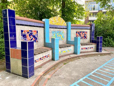 """""""Kunst und Spiel mit Fliesen"""" - das eigentliche namenlose Kunstobjekt befindet sich am Rand der Parkanlage Wecholder Straße in Bremen-Kattenesch (Foto: 05-2020, Jens Schmidt)"""