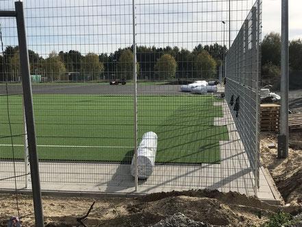 Der Kunstrasen für den neuen Sportplatz in Arsten wird ausgerollt (09.10.2018)