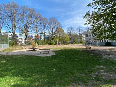 Spielplatz mit Klettergerüsten auf dem Schulhof der Schule an der Stichnathstraße in 28277 Bremen-Kattenturm, Bremen Obervieland (Foto: 04-2020, Jens Schmidt)