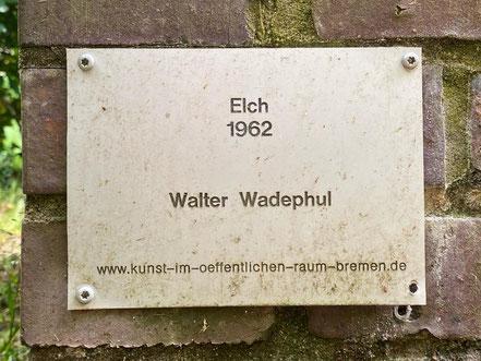"""Inschrift der Bronzeplastik """"Elch"""" von Walter Wadephul in Bremen-Kattenesch, Bremen Obervieland (Foto: 05-2020, Jens Schmidt)"""