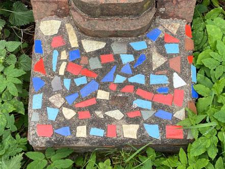 Fliesenmuster aus Keramikfliesen beim Steingarten - Stadtgrundriss, Skulptur in Bremen-Kattenturm, Bremen Obervieland (Foto: 05-2020, Jens Schmidt)