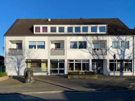 """Die Bronzeplastik """"Das Sonnenzeichen"""" von Wolf E. Schultz steht in der Robert-Koch-Straße in Bremen-Kattenturm vor einem Wohn- und Geschäftshaus (Foto: 03-2020, Jens Schmidt)"""