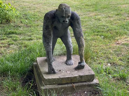 Aufrecht stehender Gorilla - Skulptur der Skulpturenallee Alfred-Faust-Straße 4 in Bremen-Kattenturm, Bremen Obervieland (Foto: 05-2020, Jens Schmidt)