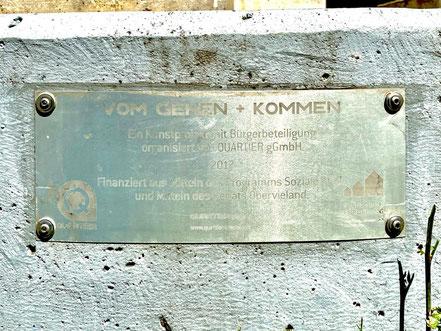 """""""Vom Gehen und Kommen"""" - ein Kunstprojekt mit Bürgerbeteilgung (Inschrift am Sockel des Objekts) (Foto: 05-2020, Jens Schmidt)"""