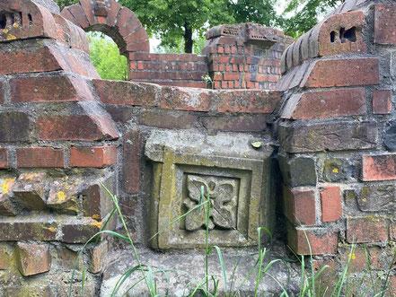 Im Detail sind zahlreiche künstlerische Ornamente verbaut. Steingarten - Stadtgrundriss, Skulptur in Bremen-Kattenturm, Bremen Obervieland (Foto: 05-2020, Jens Schmidt)