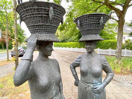 Das Denkmal der Arster Marktfrauen mit dem Bremer Korb steht im Zentrum von Bremen-Arsten, Bremen Obervieland (Foto: 05-2020, Jens Schmidt)