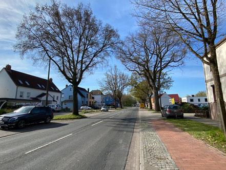 Blick auf die Kattenturmer Heerstraße, Bremen. Der Hochbunker befindet sich in zweiter Reihe hinter einer Wohnbebauung (Foto: 04-2020, Jens Schmidt)