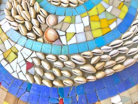 """Im Rahmen eines angedeuteten Schneckenornaments innerhalb des Wandbilds """"Mosaik"""" von Eugenia Schuffert Danu hat die Künstlerin auch Muscheln verarbeitet (Foto: 06-2020, Jens Schmidt)"""