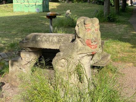 Figur neben Schachtisch - Skulptur der Skulpturenallee Alfred-Faust-Straße 4 in Bremen-Kattenturm, Bremen Obervieland (Foto: 05-2020, Jens Schmidt)