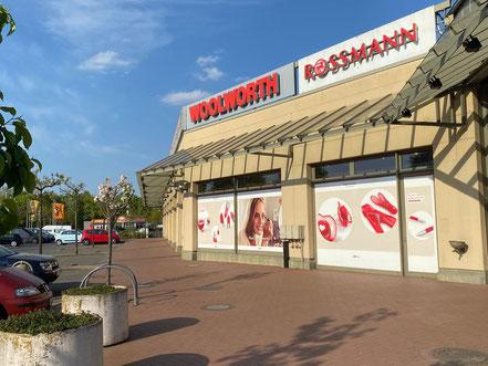 Neben Woolworth finden sich zahlreiche andere Filialisten im Werder Karree in Bremen-Habenhausen, Bremen Obervieland