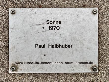 "Inschrift auf der Bodenplatte vor dem Kunstwerk ""Sonne"" in Bremen-Kattenturm (Foto: 05-2020, Jens Schmidt)"