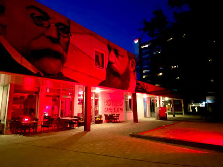 "Café Rotheo in Bremen-Kattenturm: In der ""Night of Light"" 2020 wurde auch diese Location rot beleuchtet (Foto: 06-2020, Jens Schmidt)"