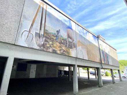 """Das 4 x 15 Meter große Wandbild """"Obervielander Vergangenheit und Gegenwart"""" ist noch immer auf einem Innenhofparkplatz an der Alfred-Faust-Straße in Bremen-Kattenturm zu bewundern (Foto: 06-2020, Jens Schmidt)"""