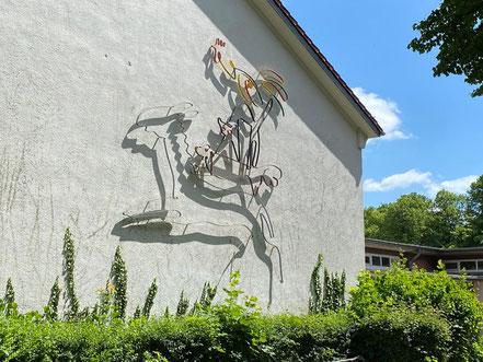Beim Betreten des Grundstücks der Oberschule Habenhausen fällt das mehrere Meter hohe Kunstwerk sofort ins Auge. (Foto: 05-2020, Jens Schmidt)
