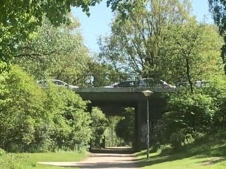 Die Spazierwege am Krimpelsee in Bremen-Habenhausen münden auch unter einer Unterführung für Fußgänger und Radfahrer Richtung Bremen-Arsten (Foto: 05-2018, Jens Schmidt)