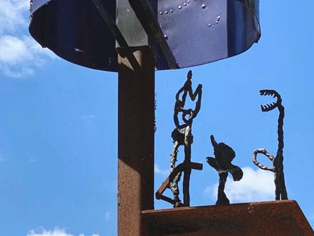 """Nehmen Sie sich Zeit für die Details, die am Kunstwerk """"Vom Gehen und Kommen"""" zu entdecken sind. Einzelbotschaften, filigran nachgebaute Alltagsszenen, Botschaften und Fragen - das Kunstobjekt ist überaus vielfältig (Foto: 05-2020, Jens Schmidt)"""