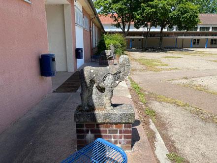 Skulpturenpaar auf dem Pausenhof des Schulzentrums Habenhausen - Kunst im öffentlichen Raum in Bremen-Habenhausen, Bremen Obervieland (Foto: 05-2020, Jens Schmidt)