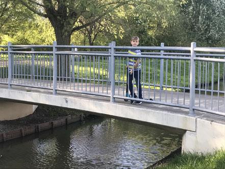 Die Brücke über dem Kattenescher Fleet verbindet Kattenesch mit Arsten