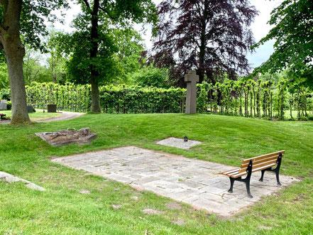 """Unweit der Bronzeplastik """"Teppich"""" auf dem Arster Friedhof steht ein großes Kreuz. Die Gedenkstätte ist direkt hinter der Arster St. Johannes Kirche angelegt. (Foto: 05-2020, Jens Schmidt)"""