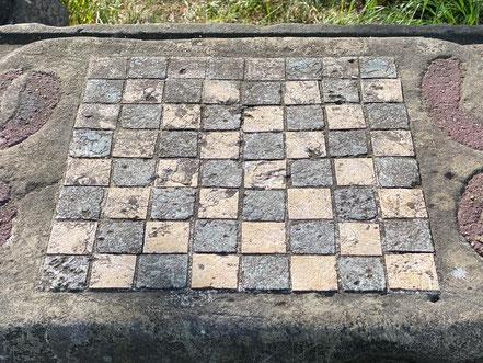 Schachfeld auf dem Schachtisch - Skulptur der Skulpturenallee Alfred-Faust-Straße 4 in Bremen-Kattenturm, Bremen Obervieland (Foto: 05-2020, Jens Schmidt)