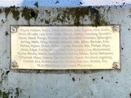 """Eine Sammlung von Vornamen der beteiligten Künstlerinnen und Künstler des Kunstobjekts """"Vom Gehen + Kommen"""" in Bremen-Kattenturm (Foto: 05-2020, Jens Schmidt)"""