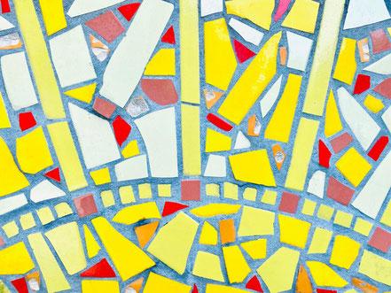 Fliesenmuster (gelb) in der Detailaufnahme: Ulrike Möhle-Wienekes Kunstwerk von 2002 in Bremen-Kattenesch (Foto: 05-2020, Jens Schmidt)