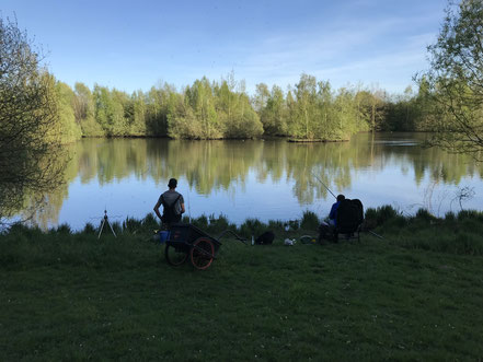 Angler am gerade Ufer des Wadeackersees