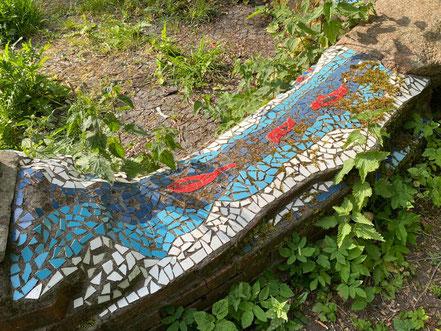 Sitzbank mit bunten Keramikfliesen im Steingarten - Stadtgrundriss, Skulptur in Bremen-Kattenturm, Bremen Obervieland (Foto: 05-2020, Jens Schmidt)