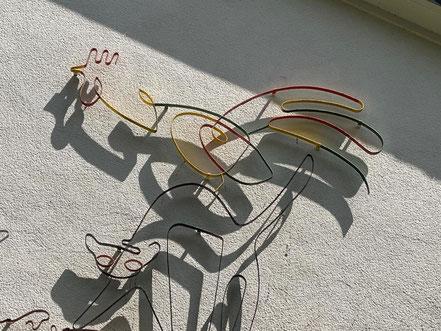 """Der Stil erinnert an eine Bleistiftzeichnung """"aus einem Strich"""" - Bremer Stadtmusikanten von Hans-Jürgen Bartsch von 1951 (Foto: 05-2020, Jens Schmidt)"""