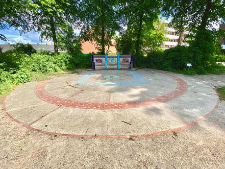"""""""Kunst und Spiel mit Fliesen"""" von Ulrike Möhle-Wieneke, installiert auf einem runden Beton-Plateau, dessen innere und äußere Kreise auch mit einem Fliesenmuster verziert sind (Foto: 05-2020, Jens Schmidt)"""