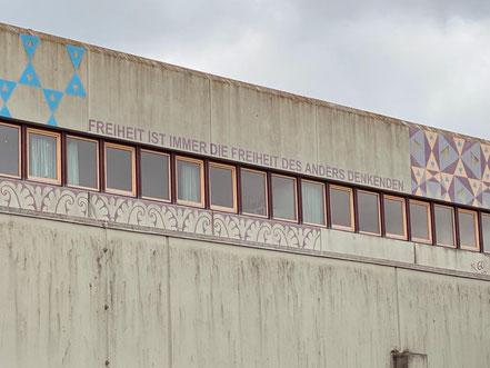 """Schriftzug """"Freiheit ist immer die Freiheit des anders Denkenden"""" als Teil des Kunstwerk """"Steinzeit gegen Betonzeit"""", 1983 von Li Portenlänger am BGO und Gymnasium Links der Weser großflächig inszeniert (Foto: 05-2020, Jens Schmidt)"""