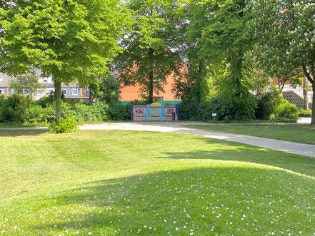 Am Rand der Grünanlage Wecholder Straße steht das Kunstwerk aus Keramikfliesen von Ulrike Möhle-Wieneke, das hier 2002 platziert wurde (Foto: 05-2020, Jens Schmidt)
