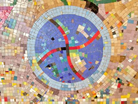 """Zwei kreisförmige Objekte nahezu gleicher Größe sind in das Kunstwerk """"Mosaik"""" von Eugenia Schuffert Danu (1986) eingearbeitet (Foto: 06-2020, Jens Schmidt)"""