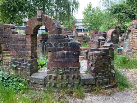 Vielfältige Formen laden zum Betrachten ein: Steingarten - Stadtgrundriss, Skulptur in Bremen-Kattenturm, Bremen Obervieland (Foto: 05-2020, Jens Schmidt)