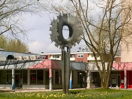 """Paul Halbhuber schuf sein Kunstobjekt """"Sonne"""" bereits 1970. Es steht an der Theodor-Billroth-Straße in Bremen-Kattenturm, Bremen Obervieland (Foto: 04-2018, Jens Schmidt)"""