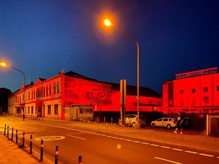 Night of Light 2020 in Bremen-Hemelingen: Das Aladin leuchtete in der Juninacht ebenfalls tiefrot (Foto: 06-2020, Jens Schmidt)