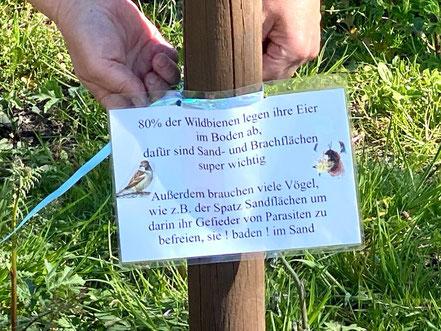 Ein laminiertes Schild soll Besucher auf den Bedarf der Wildtiere hinweisen (Foto: 04-2020, Jens Schmidt)