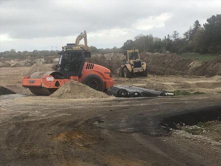 Planierfahrzeuge auf der Baustelle der Gartenstadt Werdersee in Habenhausen (Foto: 10-2018, Jens Schmidt)
