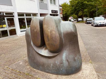 """Bronzeplastik """"Das Sonnenzeichen"""" von der Rückseite - Künstler: Wolf E. Schultz (Foto: 05-2020, Jens Schmidt)"""