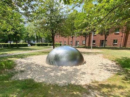 Die silberne Halbkugel auf dem Cato-Bontjes-van-Beek-Platz in Kattenturm soll als Spielfläche für Kinder dienen (Foto: 05-2020, Jens Schmidt)