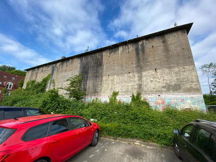 """Nur auf der rechten Seite ist noch etwas vom ursprünglich 28 x 3 Meter großen Bild """"Blütenteppich"""" am Hochbunker in Kattenturm zu sehen (Foto: 05-2020, Jens Schmidt)"""