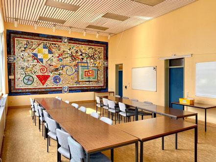 """Der Sitzungssaal im Ortsamt Obervieland, in dem sich die Wandgestaltung """"Mosaik"""" von Eugenia Schuffert Danu (1986) befindet, wird heute nur noch selten genutzt (Foto: 06-2020, Jens Schmidt)"""