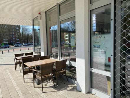 ROTHEO in Bremen-Kattenturm - Tische und Stühle im Außenbereich