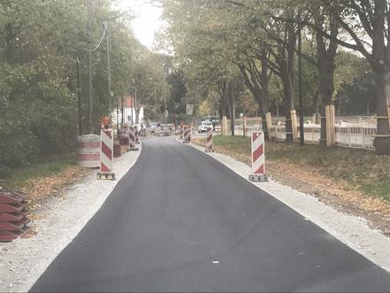 Der Autoverkehr an der Habenhauser Landstraße wird über den ehemaligen Fußweg geleitet (Foto: 10-2018, Jens Schmidt)Baubeginn der Gartenstadt Werdersee in Bremen: