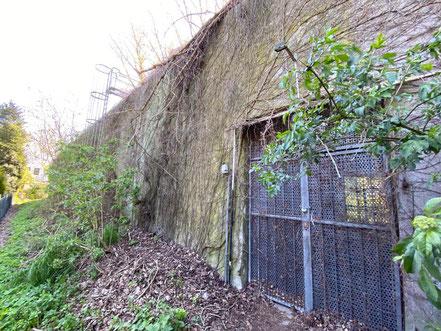 Zugang zum Bunker an der Rückseite - Hochbunker Krumme Schinkel in Bremen-Kattenturm, Bremen Obervieland (Foto: 04-2020, Jens Schmidt)