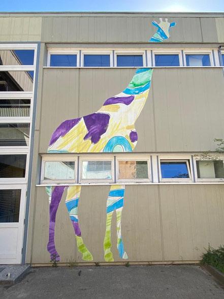 Übergroße Giraffe - auf Beton gemaltes Fassadenmotiv an der Grundschule Alfred-Faust-Straße in Bremen-Kattenturm, Bremen Obervieland (Foto: 05-2020, Jens Schmidt)