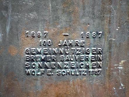 """Inschrift der Bronzeplastik """"Das Sonnenzeichen"""" in Bremen-Kattenturm, Robert-Koch-Straße (Foto: 05-2020, Jens Schmidt)"""