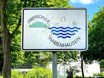 """Das Schild """"Oberschule Habenhausen"""" trägt noch nicht das neue Logo der Schule (Foto: 05-2020, Jens Schmidt)"""