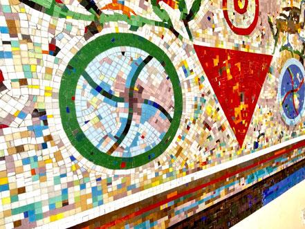 Mosaik von Eugenia Schuffert Danu: Das Ornament eines Rades wiederholt sich auf dem Werk noch ein weiteres Mal, jedoch in anderer Coloration (Foto: 06-2020, Jens Schmidt)